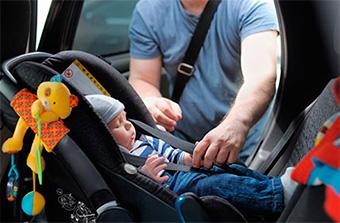 Niño en silla del coche