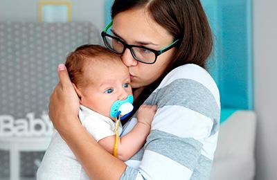 Madre y bebé con chupete